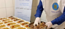Двічі на тиждень волонтери Ісламського культурного центру ім. Мухаммада Асада готують і фасують у ланч-бокси іфтари для одновірців.
