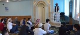Соціальна дистанція, маски та санітайзери: особливості святкової молитви на Курбан-2020